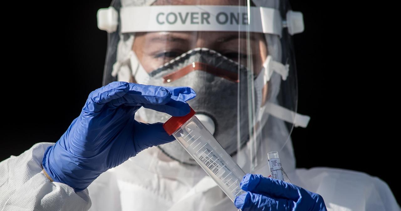 Resort i NFZ obniżają stawki: Laboratoria dostaną mniej pieniędzy za wykonywanie testów na koronawirusa