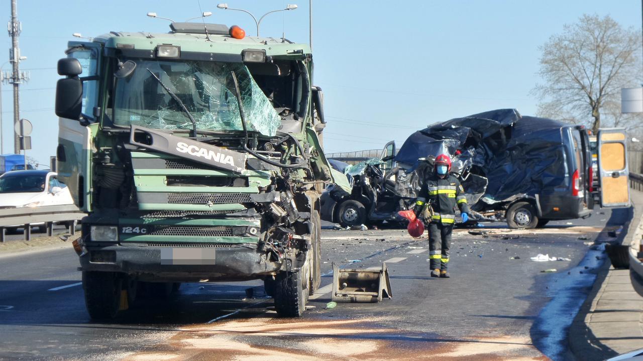 Ciężarówka przebiła stalowe bariery.
